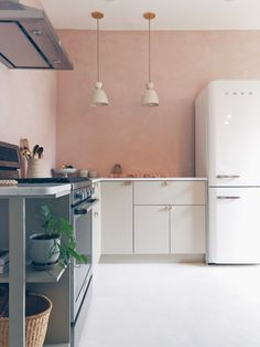 These Two-Tone Kitchen Color Ideas Will Have You Reaching for Multiple Paintbrushes Ikea Kitchen, Kitchen Furniture, Kitchen Interior, Kitchen Decor, Furniture Stores, Kitchen Sink, 10x10 Kitchen, Soapstone Kitchen, Kitchen Small