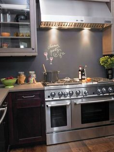 Die Küchenrückwand können Sie problemlos mit einer Tafelfarbe gestalten