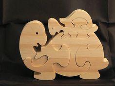 Puzzle animaux La tortue et son bébé en bois découpé. réalisé a la main et a la scie a chantourner En pin naturel brut,a peindre ou teinter ou laisser naturel selon votre gout. composé de 6 pièces dimensions:l 11cm,h 9cm environ