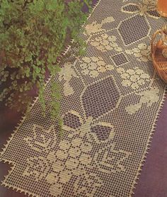 #460 Camino de mesa color crema a Crochet