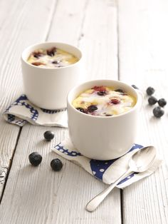 A personal-size cake at the snap of your fingers – your dreams have come true with this blueberry mug cake with lemon glaze.