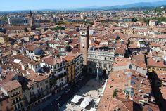 【イタリア】ヴェローナ −ヴェローナ市街− イタリアのヴェネト州西部にある都市で中世の街がそのまま残っており、 2000年に「ヴェローナ市街」として世界遺産に登録がされた。 街の中心には古代ローマ時代の円形競技場があり街の象徴になっている。 −シェイクスピア作品の舞台− ヴェローナと言えばシェイクスピアの戯曲「ヴェローナの二紳士」や「ロミオとジュリエット」の舞台となっており観光名所にもなっている。