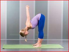 Deze houding is goed om je lichaam even in een tegenovergestelde positie te plaatsen van wat je de hele dag al doet. Het zenuwstelsel kalmeert, de rug wordt versterkt en de billen en hamstrings rekken op. Zorg ervoor dat je benen gestrekt blijven, buig dus voorover voor zover je hamstrings dat toelaten. Lukt dit echt niet, dan mag het met een lichte buiging van de knieën.0 yoga houdingen die iedereen zou moeten doen