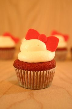 Hello Kitty bow cupcakes