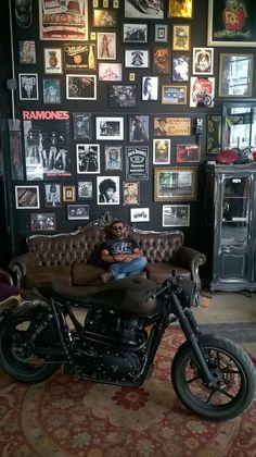 """I meet the """"Ronin"""" Triumph Bonneville of Shibuya Garage - São Paulo - Bra - Männer Zimmer Design Garage, House Design, Garage Interior Design, Studio Interior, Barber Shop Interior, Pub Interior, Barber Shop Decor, Interior Ideas, Moderne Lofts"""