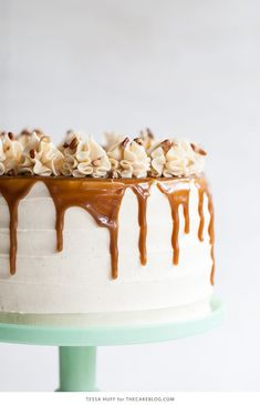 Apple Toffee Crunch Cake - fresh apple cake with crunchy pecans, cinnamon buttercream and a toffee sauce drip. Köstliche Desserts, Delicious Desserts, Dessert Recipes, Fresh Apple Cake, Thanksgiving Cakes, Crunch Cake, Cake Blog, Homemade Cake Recipes, Brownie