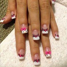 Cute Hello Kitty enfrenta y estampados de leopardo! Esto es lo que este arte de uñas se trata. Consejos francesas blancas llenas de estampados de leopardo rosa y cubierto con Hello Kitty enfrenta y lazos de color rosa y se hace todo. El diseño se recubre con esmalte transparente para proteger el diseño y dar a las uñas un aspecto brillante.