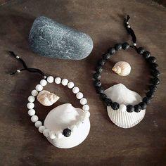 Set di due bracciali per coppie o migliori amiche, con perle di pietra lavica bianche e nere, filo di cotone e perle argentate di chiusura.  Ogni bracciale è regolabile e studiato per adattarsi a polsi dai 18 ai 28cm.  Il regalo perfetto per dimostrare il tuo amore e il tuo