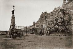 Cerro Santa Lucía. Pórtico Principal con sus dos estatuas de guerreros antiguos, uno Franco y otro Sajón. 1874  Visto en: http://identidadyfuturo.cl/2014/08/el-cerro-santa-lucia-desde-los-ojos-de-alone/