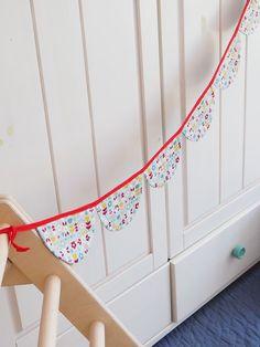 Wimpelkette aus Stoff – mit Liebe genäht – wunderschöne Dekoration für den Kindergeburtstag - Kinderzimmer & Co Du kannst sie entweder draußen aufhängen (bitte nicht bei Regen) oder in Wohnung, Haus oder wo immer du magst. Viel Spaß beim dekorieren! #wimpelkette #geburtstag #kindergeburtstag #dekorieren #stoffwimpelkette #dekoration #feiern #gelberknopf #kinderzimmerdekoration Sew Simple, You're Welcome, Fabric Crown, Decorating, Nice Asses, Rain, Birthday