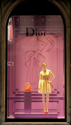 Escaparate de DIOR en milan, un bolso y un maniquí simple pero conciso