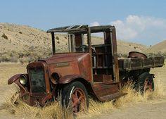 old pickup trucks Pickup Camper, Old Pickup Trucks, Lifted Ford Trucks, Chevy Trucks, Antique Trucks, Vintage Trucks, Antique Cars, Automobile, Rusty Cars