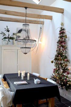 Zelfgemaakte kerstboom van takken met roze kerstdecoratie