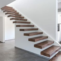 Treppe mit einseitiger Wange | Moderne Treppe mit einseitige… | Flickr Staircase Interior Design, Home Stairs Design, Stairs Architecture, Modern Interior Design, House Design, Cantilever Stairs, Metal Stairs, Steel Railing, Foyer Staircase