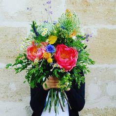 Le bouquet devant le visage. 📷 Crédit photo instagram @lesmauvaisesherbes