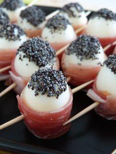 Quail eggs with ham and poppy seeds - Un petit Oiseau dans la Cuisine Appetizer Recipes, Appetizers, Dinner Recipes, Quail Eggs, Snacks, Food Presentation, Finger Foods, Food Porn, Brunch