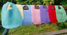 """Babysmekker i regnbuens farger, strikket av bomullsrestegarn -oppskriften hentet fra boka """"Myk start"""""""