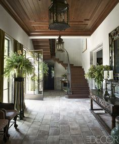 ELLE Decor A top Hollywood film executive and his wife enlist interior designer Michael S. Smith to craft a new Mediterranean-style house in Santa Monica that has deep Spanish roots Mediterranean Style Homes, Spanish Style Homes, Spanish House, Mediterranean Architecture, Spanish Colonial, Spanish Style Interiors, Spanish Style Decor, Spanish Revival Home, Spanish Style Bathrooms