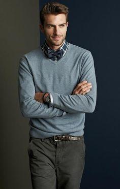 Dressed down menswear / blue V-neck sweater, blue plaid shirt, blue bow tie Rafael Lazzini