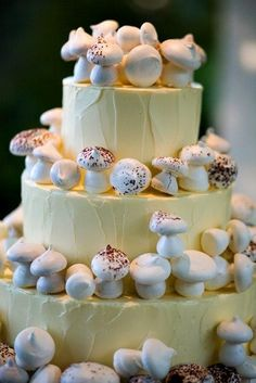 Ok, so the mushrooms are obviously stupid.  BUT, I love that look of the buttercream.  Oh, how I hate those mushrooms.