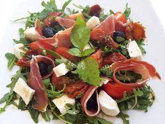 salades - quelque part en Provence Easy Green Salad Recipes, Lettuce Salad Recipes, Fresh Salad Recipes, Vegetarian Salad Recipes, Tomate Cocktail, Italian Salad, Caprese Salad, Entrees, Chicken Recipes