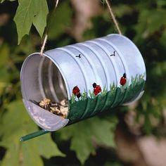 mangeoire a oiseaux avec les boites de lait bébé