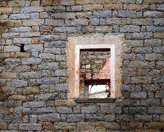 Il granito definisce le sue forme: case vecchie e nuove sono accomunate da questo elemento che dona all'insieme eleganza e armonia. -