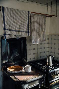 Un Supplément d'Âme. — delta-breezes: Our Food Stories English Cottage Kitchens, Country Kitchens, Morris, Slow Living, Kitchen Living, Kitchen Interior, Hygge, Decoration, Sweet Home