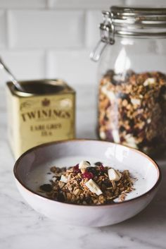 Earl Grey Tea Granola Make this granola and you'll turn your breakfast into a 5 minute afternoon tea in the morning. Try it with our Bitter Earl (earl grey with lemon hibiscus) or our Amaretto Cherry! Brunch Recipes, Breakfast Recipes, Good Food, Yummy Food, Earl Grey Tea, Snacks, Breakfast Time, The Best, Food Photography