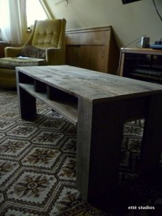 Shipping Pallet Coffee Table...directions are kind of vague, but I think I can figure it out :)