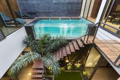 When the design of a house revolves around interconnectivity, like Pool Yard House by Studio Ardete, there is one continuous visual expression. Shipping Container Swimming Pool, Container Pool, Swimming Pool Designs, Swimming Pools, Glass Pool, Rooftop Pool, Modern Staircase, Home Studio, Pool Houses