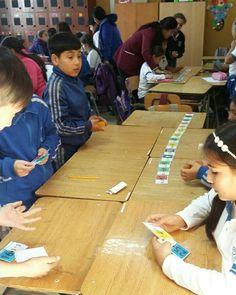 4d trabajando con su profesora Carolina Diaz en dominó de multiplicaciones. Aprendiendo matemática de una forma entretenida