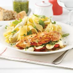 Poulet farci au pesto, tomates et bocconcinis - 5 ingredients 15 minutes Chicken Recepies, Italian Recipes, Cantaloupe, Side Dishes, Food And Drink, Nutrition, Yummy Food, Dinner, Fruit