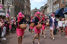 De parade begon met het uitdelen van roze bloemen