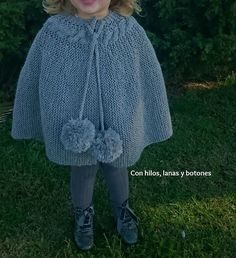 Con hilos, lanas y botones: DIY Capita de punto para niña con trenza y maxipompones Crochet Baby Poncho, Knit Crochet, Crochet Hats, Knitting For Kids, Baby Knitting Patterns, Ladies Dress Design, Kids Outfits, Clothes For Women, Capelet