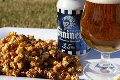 Kisakatsomoon karamellisoituja olutpoppareita! 120 g maissinjyviä 2 rkl rypsiöljyä 50 g voita 1 dl ruskeaa sokeria 1,5 dl Sininen-olutta (3,5 % tai 4,5%) Laita öljy ja maissinjyvät kattilaan ja paahda popcorneiksi. Laita toiseen kattilaan voi ja sokeri. Kuumenna kunnes sokeri sulaa. Lisää olut ja jäähdytä. Kaada seos popcornien joukkoon ja sekoita. Levitä popcornit leivinpaperilla päällystetyn uunipellin päälle. Paahda vielä 200-asteisessa uunissa n. 5 minuuttia, kunnes saavat hieman väriä.
