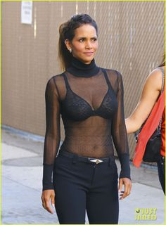 We hunt sexy celebrities in hot provocative poses. Find hot celeb pics, find sexy naked famous girls, find nude celebrities photos and much more. Halle Berry Style, Halle Berry Hot, Beautiful Celebrities, Most Beautiful Women, Beautiful Actresses, Mode Chic, Mode Style, Cleveland, Hale Berry