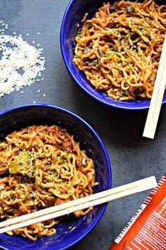 Yakisoba Stir Fry Nudeln mit Pilzen und Mandelbutter%