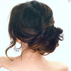 Hair tutorial: elegant side bun Aanstaande vrijdag staat er iets speciaals voor mij op het programma: ik ben uitgenodigd voor een bruiloft! Op zoek naar de perfecte wedding look dus. Nu mijn outfit bijna rond is, ben ik mij aan het oriënteren op een bijpassende hair-do. Stijlvol, maar niet te ingewikkeld. Deze hair-tutorial voldoet wat …