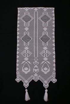 Gardinen - weiße Häkelgardine mit Quasten - ein Designerstück von homeoffice bei DaWanda Crochet Flowers, Crochet Lace, Free Crochet, European Decor, Filet Crochet Charts, Crochet Curtains, Dollhouse Miniatures, Crochet Projects, Free Pattern