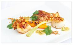 Gebakken sint-jakobsvruchten, gekonfijte wortelen, passievrucht, currysaus
