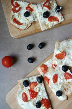Grieschicher Flammkuchen mit Fetakaese, Tomaten und Oliven. Duenner Teig mit schneller Zubereitung. Einfach und leckeres Flammkuchenrezept!