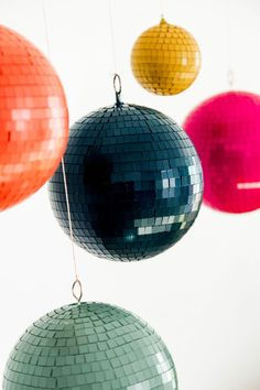 Painted Walmart Disco Balls A Subtle Revelry 70s Party, Party Time, Deco Retro, Idee Diy, Disco Ball, Deco Table, Event Decor, Party Planning, Christmas Bulbs