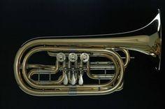 R. Worischek Drehventil-Basstrompete   Stimmung: B Material: Goldmessing Materialstärke: 0,50 mm  Schallbecher Durchmesser: 220 mm Neusilbergarnitur Hochglanz poliert