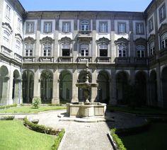 Biblioteca publica municipal do Porto: claustro interior By commons.wikimedia.org