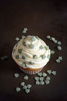 Sosnowa babeczka. Pine and lemon cupcakes. GIMME. This seems to be Polish, I think? Maybe pine syrup could be ordered online.