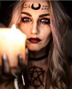 Are you looking for ideas for your Halloween make-up? Browse around this website for cute Halloween makeup looks. Looks Halloween, Halloween Inspo, Halloween Witch Costumes, Creepy Halloween, Witchy Makeup, Creepy Makeup, Demon Makeup, Halloween Makeup Hacks, Dark Halloween Makeup