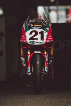 Troy Bayliss rides the factory Ducati that assisted him to his maiden world superbike championship in 2001 at the Sydney International Festival of Speed. Ducati 996, Ducati Superbike, Moto Ducati, Ducati Cafe Racer, Ducati Motorcycles, Moto Guzzi, Cafe Racers, Grand Prix, Easy Rider