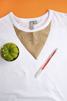 Sew T-Shirt Easy Choker T-Shirt DIY (click through for tutorial) - Since I basically live in them, I love it when a good t-shirt trend hits the market. T-shirts. Umgestaltete Shirts, Diy Cut Shirts, T Shirt Diy, Cute Shirts, Band Shirts, Diy T Shirt Cutting, Diy Tshirt Ideas, Cutting Shirts, Tops Diy