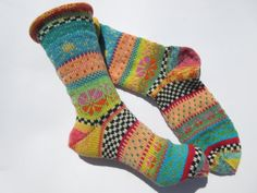 Bright colors and Nordic patterns - these socks are an absolute view . Bright colors and Nordic patterns - these socks are an absolute eye-catcher and colorful companion throughout the year B. Knitting Wool, Knitting Socks, Knitting Stitches, Hand Knitting, Fair Isle Knitting Patterns, Knitting Designs, Crochet Patterns, Sock Toys, Winter Socks